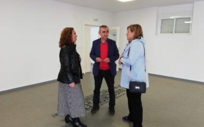 La diputada de Juventud, Pilar Lara, visita en Mengíbar las nuevas instalaciones de la Casa de la Juventud